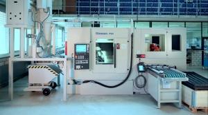 Bedienerseite der  Gesamtanlage. Die Maschinentüre ist für Rüstvorgänge voll zugänglich, die automatische Beladung erfolgt seitlich der Maschine.